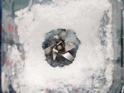 Блендер измельчает лёд в снег