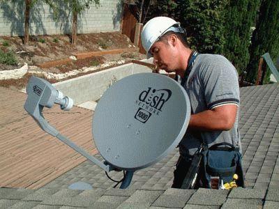 Профессионал устанавливает антенну