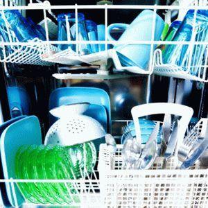Чистая посуда и целая посудомоечная машина