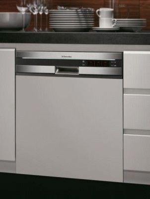 Установленная посудомоечная машина
